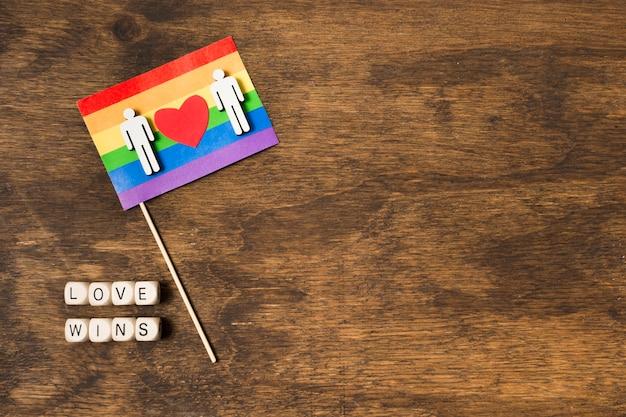 Bandera en colores del arco iris con pareja gay