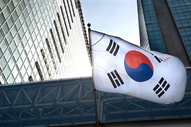 La bandera coreana colgada en un edificio de gran altura.