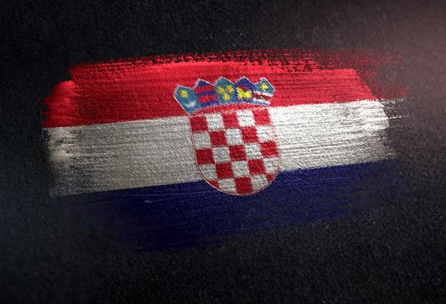 Bandera de croacia hecha de pintura de pincel metálico en la pared oscura de grunge