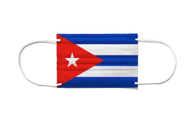 Bandera de cuba en una mascarilla quirúrgica desechable. fondo blanco aislado