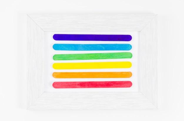 Bandera del día del orgullo lgbt con palos de colores