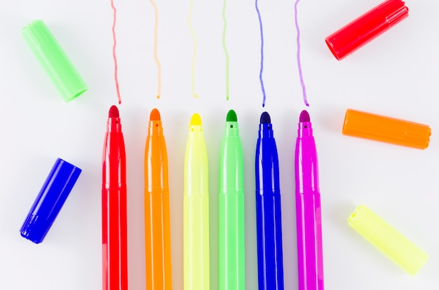 Bandera del día del orgullo lgbt con rotuladores de colores