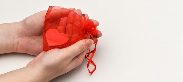 Bandera. el día de san valentín, un fragmento de manos de mujer.