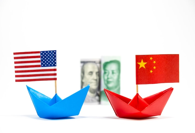 Bandera de ee. uu. en barco azul y bandera de china en barco rojo y dólar yuan con fondo blanco