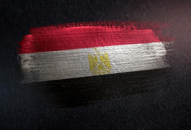 Bandera de egipto hecha de pintura de pincel metálico en la pared oscura de grunge