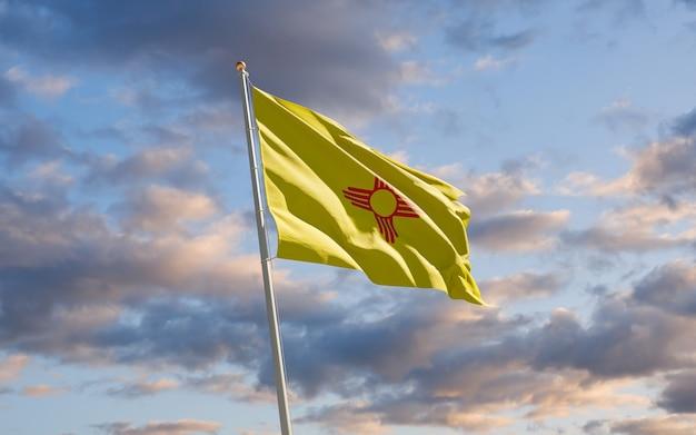 Bandera del estado de los estados unidos de nuevo méxico en el cielo