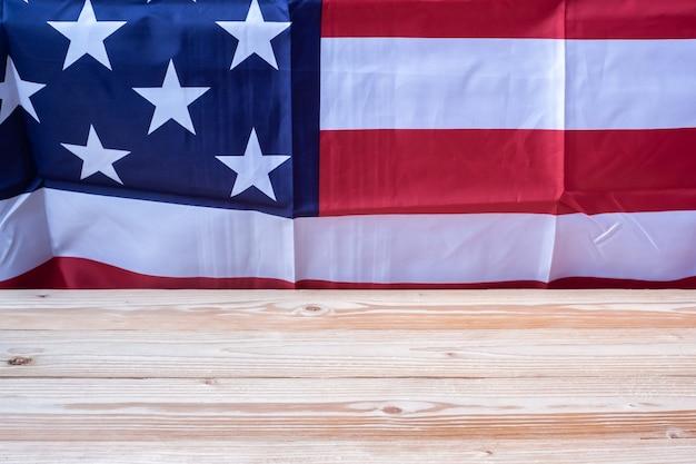 Bandera de los estados unidos de américa con mesa de madera.