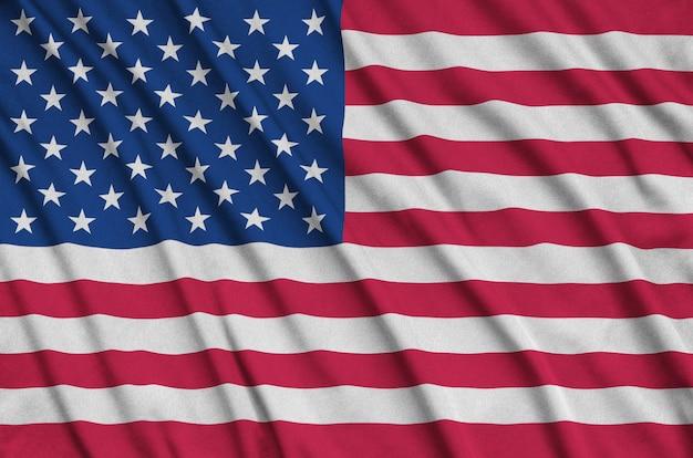 La bandera de los estados unidos de américa está representada en una tela de tela deportiva con muchos pliegues.