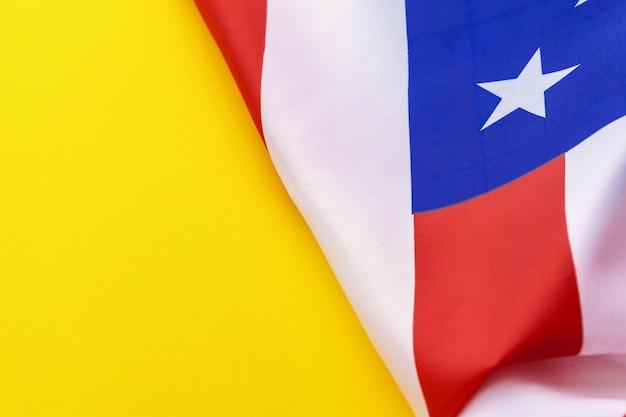 Bandera de los estados unidos de américa sobre un fondo amarillo