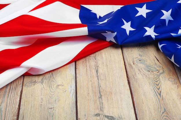 Bandera de los estados unidos de américa sobre fondo de madera. fiesta de los veteranos de los estados unidos, memorial, independencia y día del trabajo.