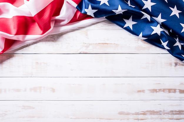 Bandera de los estados unidos de américa sobre fondo de madera.