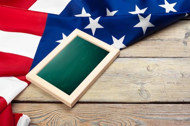 Bandera de los estados unidos de américa sobre madera