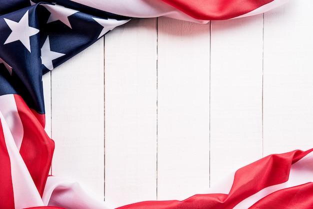 Bandera de los estados unidos de américa sobre superficie de madera blanca.