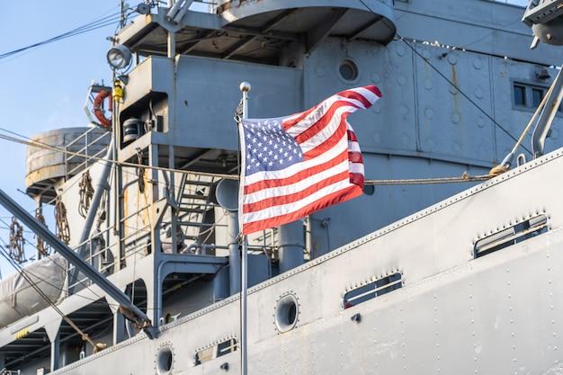 Bandera de estados unidos en un barco militar