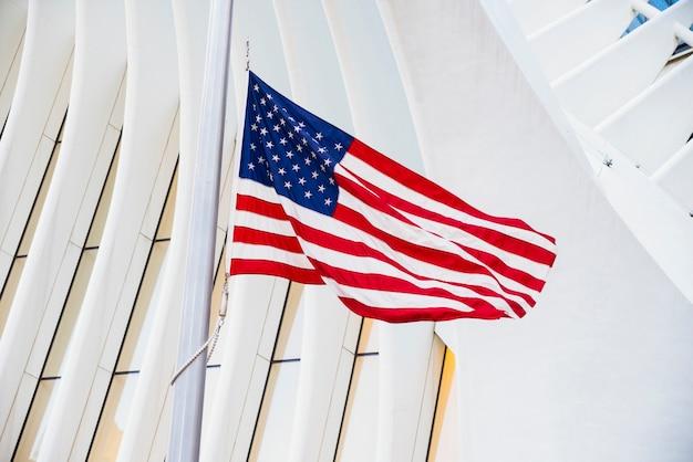 Bandera de estados unidos contra el edificio
