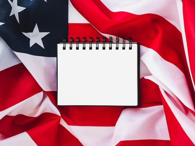 Bandera de estados unidos y página en blanco