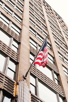 Bandera de estados unidos en rascacielos