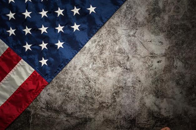 Bandera de estados unidos sobre fondo negro.