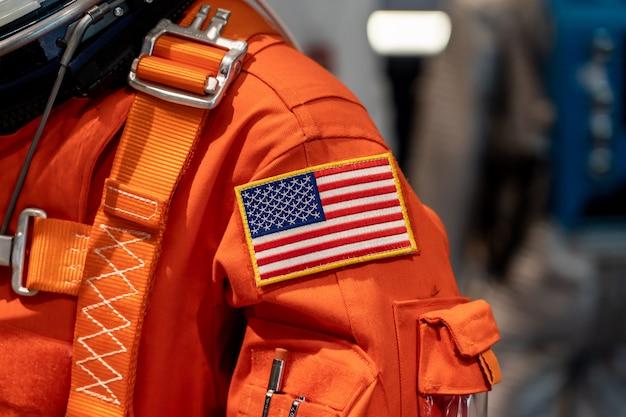 Bandera de estados unidos en un traje espacial
