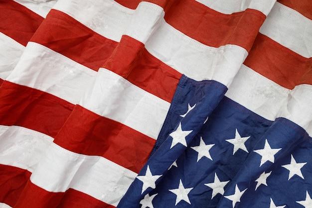 La bandera estadounidense ondeante nacional de estados unidos.