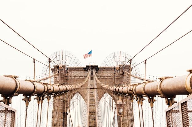 Bandera estadounidense en el puente de brooklyn en nueva york