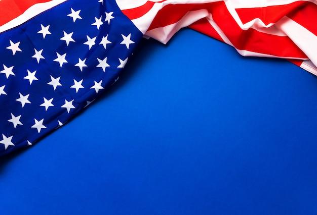 Bandera estadounidense sobre fondo azul para el día de los caídos