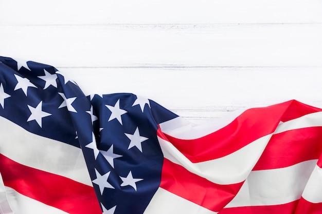 Bandera estadounidense streamer en superficie blanca