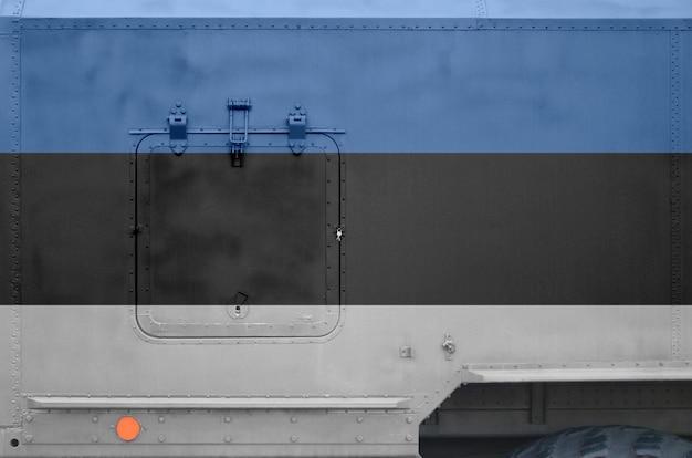 Bandera de estonia representada en la parte lateral del primer camión blindado militar. trasfondo conceptual de las fuerzas del ejército