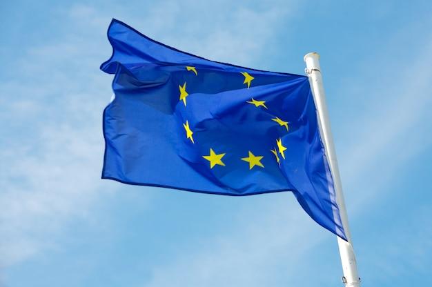 Bandera de europa en el cielo azul