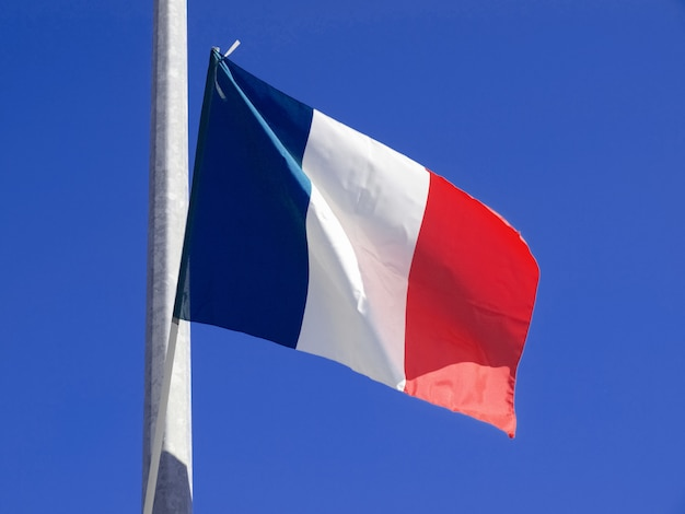 Bandera francesa en un poste