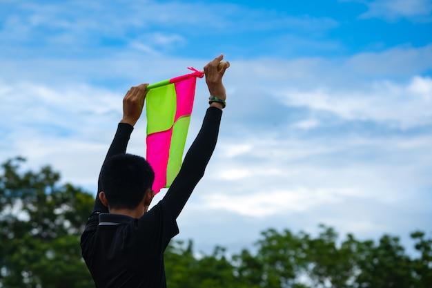 Bandera de fútbol en la mano del árbitro asistente de fútbol soccer