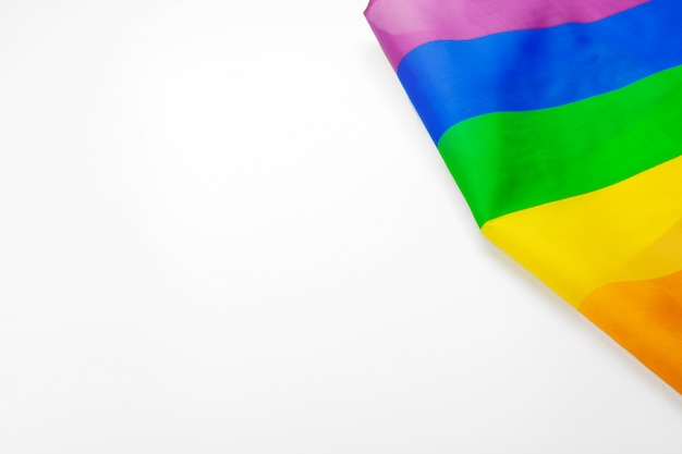 Bandera gay del arco iris en blanco de cerca