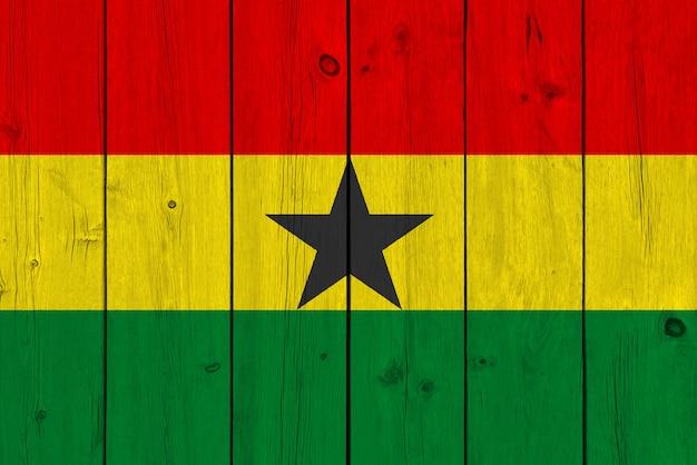 Bandera de ghana pintada sobre tabla de madera vieja