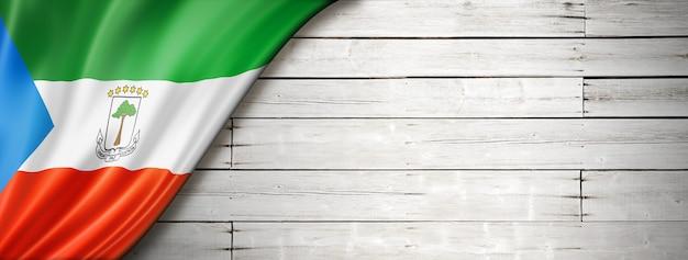 Bandera de guinea ecuatorial en la vieja pared blanca. banner panorámico horizontal.