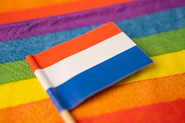 Bandera holandesa en el símbolo del arco iris del mes del orgullo gay lgbt.