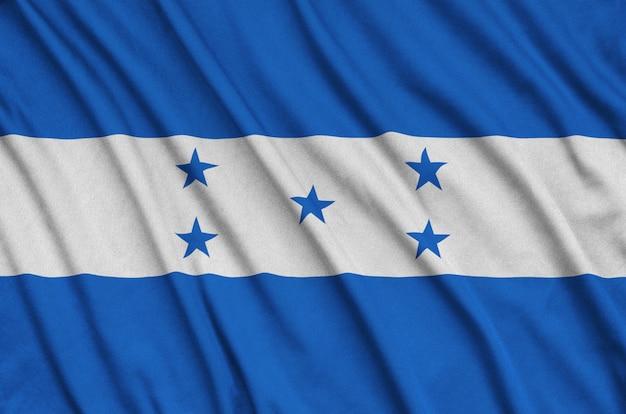 La bandera de honduras está representada en una tela de tela deportiva con muchos pliegues.