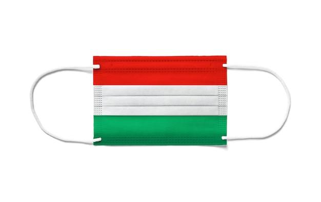 Bandera de hungría en una mascarilla quirúrgica desechable