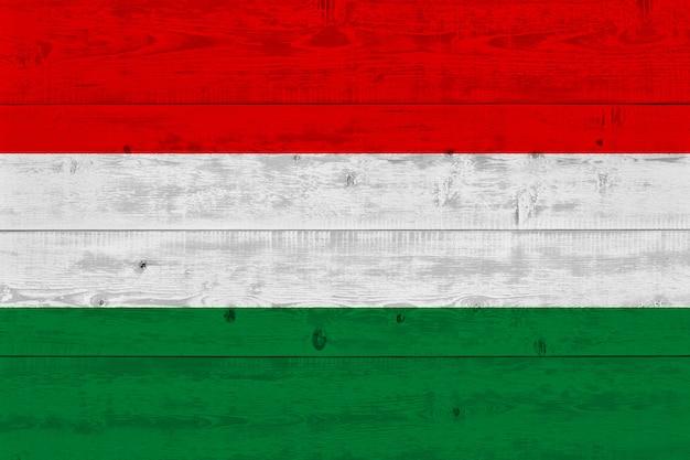 Bandera de hungría pintada en tablón de madera antiguo