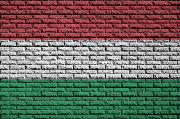 La bandera de hungría está pintada en una vieja pared de ladrillos