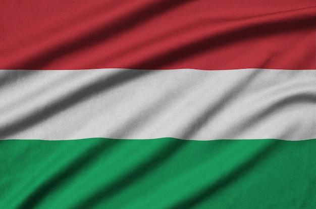 La bandera de hungría está representada en una tela de tela deportiva con muchos pliegues.
