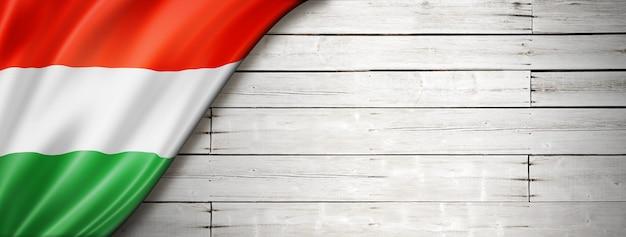 Bandera de hungría en la vieja pared blanca. banner panorámico horizontal.