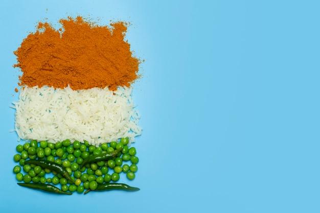 Bandera india hecha de fondo de alimentos arroz basmati al curry guisantes verdes y chiles en los colores ...