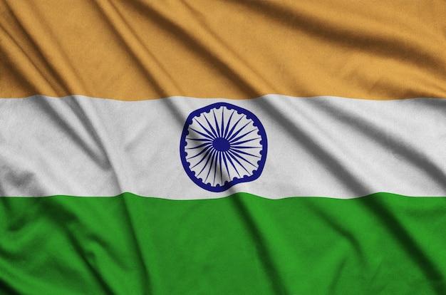 La bandera de la india está representada en una tela de tela deportiva con muchos pliegues.