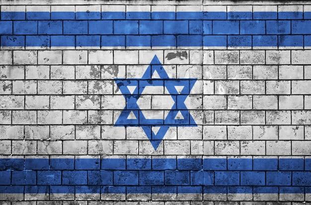La bandera de israel está pintada en una vieja pared de ladrillos