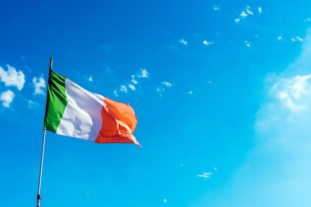 Bandera de italia compuesta de tres colores, orgullo nacional, en un día soleado de verano.