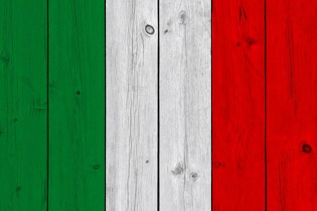 Bandera de italia pintada sobre tabla de madera vieja