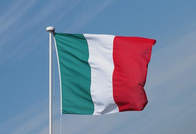 Bandera italiana de italia sobre el cielo azul