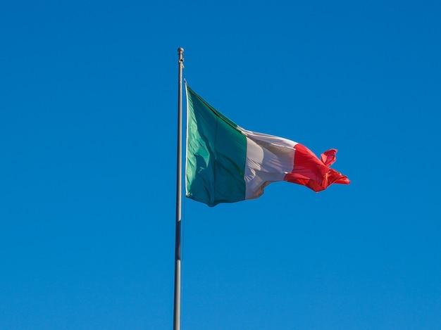 Bandera italiana sobre cielo azul