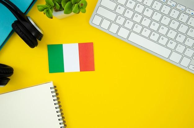Bandera italiana sobre fondo amarillo
