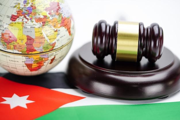 Bandera de jordania y juez martillo con mapa del mundo globo